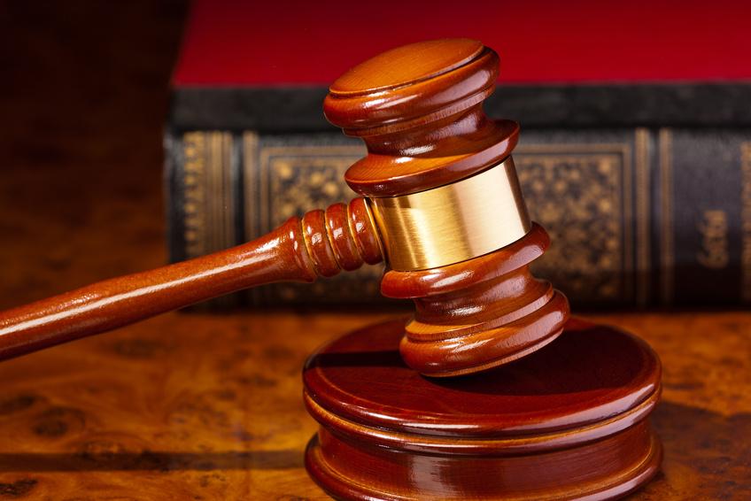 Der Richterhammer eines Richters bei Gericht. Liegt auf einem Schreibtisch.